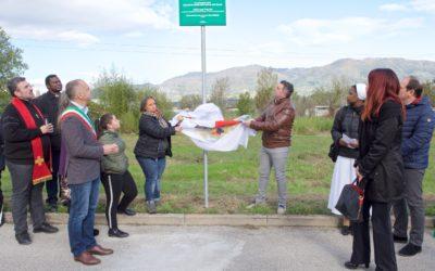 Tanta gente alla scopertura della targa in memoria di Michael Petrini e di tutte le vittime della strada